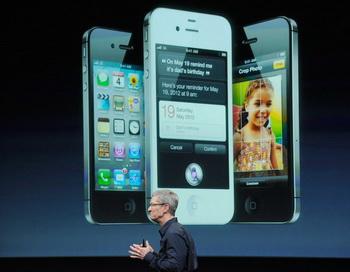 Генеральный директор Apple Тим Кук представляет новый iPhone 4S в штаб-квартире компании в Купертино, штат Калифорния, 4 октября. Предварительные заказы на iPhone 4S в течение первых суток превысили 1 млн. Фото: Kevork Djansezian/Getty Images