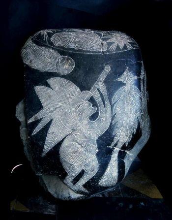 Наблюдение кометы: этот камень изображает человека в головном уборе, наблюдающего через телескоп за кометой. Фото с сайта theepochtimes.com