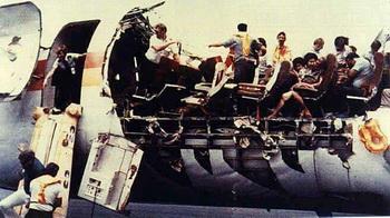 Рейс 243 авиалинии Алоха, в Аэропорту Кахулуй, 28 апреля 1988, после того, как его фюзеляж был разорван во время полета. Фото с сайта theepochtimes.com