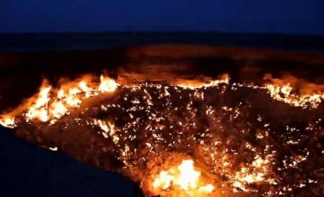 «Врата в ад» в пустыне Туркменистана представляют собой гигантский кратер, заполненный ядовитым газом. Он был открыт во время буровых работ в 1971 г. Скриншот «Великой Эпохи»