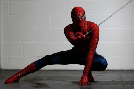 Актёр в костюме человека-паука позирует для фото. Фото: Jordan Mansfield/Getty Images