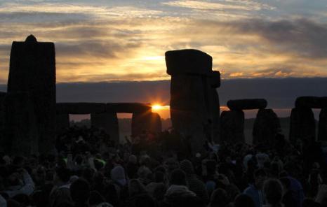 Вот они, первые лучи Солнца самого длинного дня лета! Фоторепортаж. Фото: Matt Cardy/Getty Images