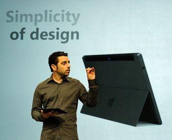 Один из дизайнеров Microsoft Surface Панос Панай с новым планшетом во время пресс-конференции в Milk Studios. 18 июня 2012 года, Лос-Анджелес, штат Калифорния. Фото: Kevork Djansezian/Getty Images