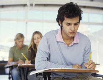 Снижение беспокойства: Учёные обнаружили, что изложение своих переживаний на бумаге перед экзаменами помогает студентам уменьшить тревоги и получить хорошие оценки. Фото: Photos.com