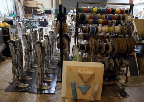Выстроенные в линию ноги RoboThespian в мастерской Engineered Arts 30 июля в Пенрине, Великобритания. Фото: Matt Cardy/Getty Images