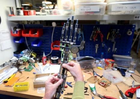 Помощник инженера по сборке Трейси Рэсберн собирает руку робота RoboThespian, 30 июля 2013 года в Пенрине, Великобритания. Компания из Корнуолла, чья производственная часть находится в Фалмуте, является единственным в мире коммерческим производителем человекоподобных роботов. Фото: Matt Cardy/Getty Images
