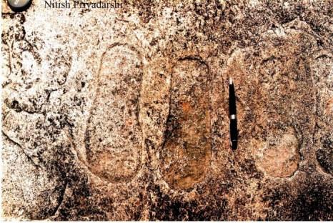 Отпечаток ноги на камне в деревне Писка Нагри вблизи г. Ранчи в индийском штате Джаркханд. Их возраст больше тысячи лет. Рядом с отпечатком выгравировано изображение летательного аппарата. Фото: NITISH PRIYADARSHI