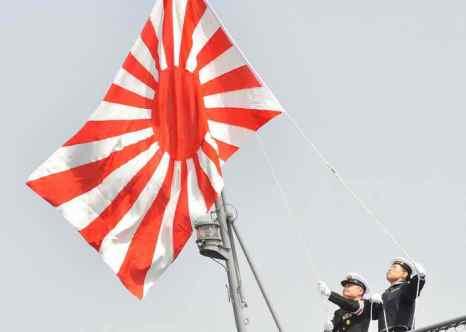 Министр обороны Японии Ицунори Онодэра 28 сентября выступил за пересмотр запрета на экспорт вооружений Японией. Как известно, по конституции страны Япония не может иметь наступательное вооружение сама и не может торговать оружием, как другие страны. Фото: WOJTEK RADWANSKI/AFP/Getty Images