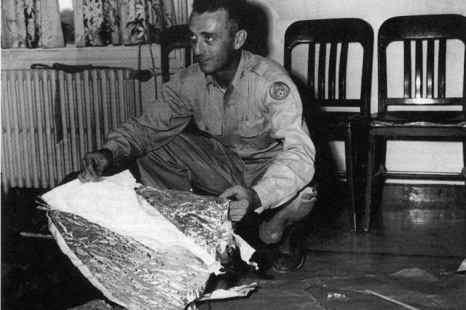 Майор Джесси Марсель с обломками, которые он нашёл в 75 милях к северо-западу от г. Розуэлла, Нью-Мексико, в июне 1947 г. Обломки были идентифицированы как часть радиолокационной цели. Фото: UNITED STATES AIR FORCE/AFP/Getty Images