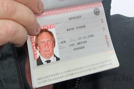Французский актер Жерар Депардье демонстрирует свой новый российский паспорт, 6 января, 2013 год. Фото: CAROLINE LARSON/AFP/Getty Images