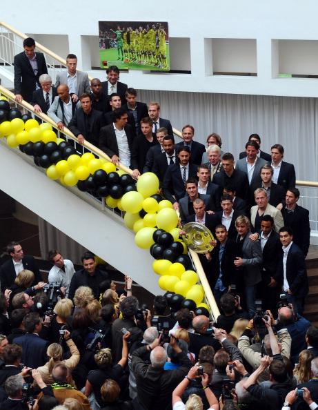 Футбольный клуб «Боруссия» занесен в Золотую книгу Дортмунда.  Фоторепортаж из мэрии. Фото: Lars Baron/Nadine Rupp/Christof Koepsel/Bongarts/Getty Images