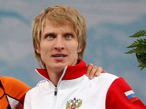 Иван Cкобрев на чемпионате мира по конькобежному спорту в классическом многоборье завоевал золотую медаль