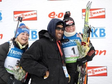 Магдалена Нойнер на финише гонки преследования по биатлону приблизилась к своей соотечественнице Андреа Хенкель, Мари Дорен пришла третьей. Фото: Christian Manzoni/NordicFocus/Getty Images