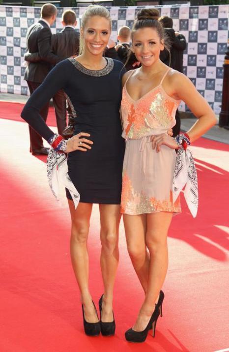 Гости на Олимпийском концерте в Лондоне. Jenna Randall (L) и гость. Фоторепортаж из  Royal Albert Hall. Фото: Alastair Grant -WPA Pool/Getty Images