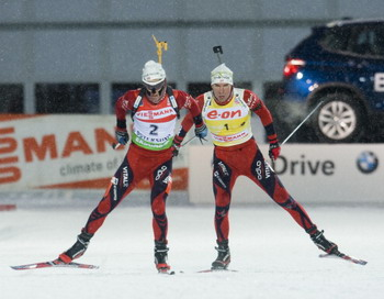 Уле Эйнар Бьорндален (L), Эмиль Хегле Свенсен (R).Фото: JONATHAN NACKSTRAND/AFP/Getty Images