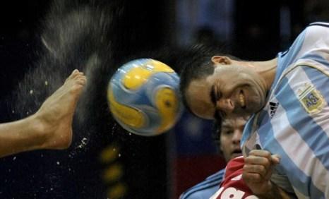 Защитник аргентинской команды отбивает головой мяч на полуфинале ЧМ 2008 со сборной Уругвая в Буэнос-Айресе. Аргентина победила 5-3. Фото: Juan MABROMATA/AFP/Getty Images