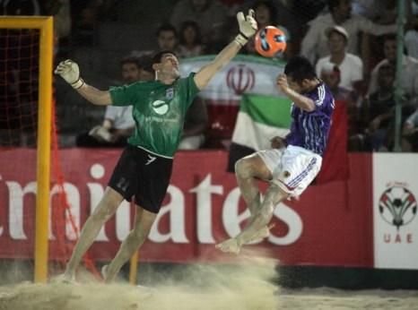Японский футболист соперничает с иранским вратарем на ЧМ 2007 в Дубайи. Фото: Karim SAHIB/AFP/Getty Images