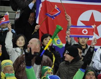 ЮАР - ЧМ-2010 по футболу: болельщики сборной КНДР.  Фото: Stephane DE SAKUTIN/AFP/Getty Images