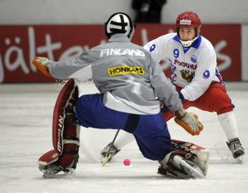 Сборная Россия по хоккею с мячом разгромила команду Финляндии. Фото: FREDRIK SANDBERG/AFP/Getty Images