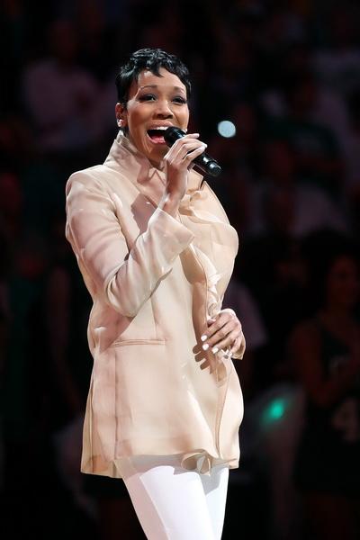 Певица Моника исполняет государственный гимн. Фото: Elsa/Getty Images
