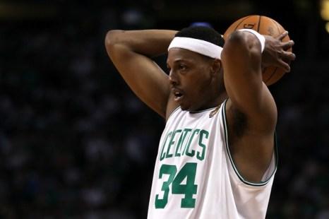 Пол Пирс (#34) из Boston Celtics собирается сделать бросок. Фото: Elsa/Getty Images