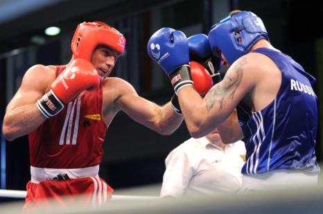 Никита Иванов сразился с боксёром из Голландии Петером Мюлленбергом. Фото: VIKTOR DRACHEV/AFP/Getty Images