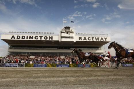 Фоторепортаж с забега рысью в упряжках на ипподроме Аддингтон, Новая Зеландия. Фото: Martin Hunter/Getty Images
