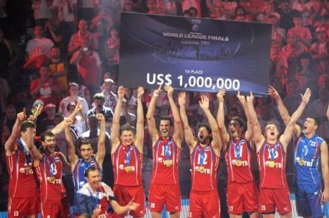 Игроки сборной России по волейболу празднуют победу в Мировой лиге. Фото:  JANEK SKARZYNSKI/AFP/Getty Images