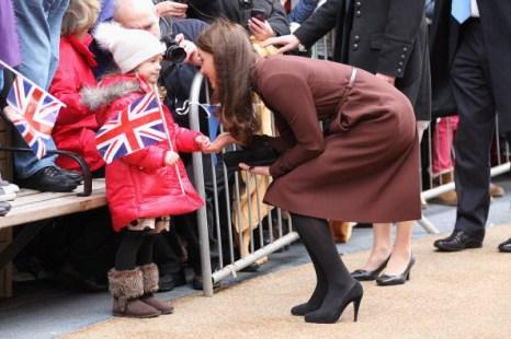 Леди Кэтрин, герцогиня Кембриджская, в День святого Валентина  получила от детей в Ливерпуле подарки. Фоторепортаж. Фото:  Christopher Furlong/Getty Images