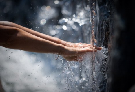 Молодежь купается в московском фонтане. Фото: DMITRY KOSTYUKOV/AFP/Getty Images