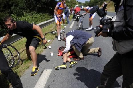 На пятом этапе велогогонки  Tour de France пострадал в аварии спортсмен из Словакии Янеш Брайкович. Фото:  Michael Steele/ JOEL SAGET /PASCAL PAVANI/AFP/Getty Images