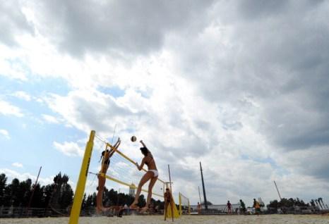 Фоторепортаж с соревнований по пляжному волейболу на Поклонной горе. Фото: NATALIA KOLESNIKOVA/AFP/Getty Images