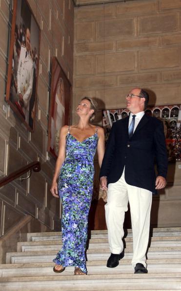 Принцесса Монако Шарлин и принц Альберт II посетили выставку «История свадьбы принца». Фото: VALERY HACHE/AFP/Getty Images