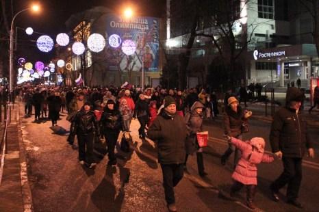 Горожане и гости краевой столицы продвигаются к театральной площади. Фото: Александр Трушников/Великая Эпоха (The Epoch Times)