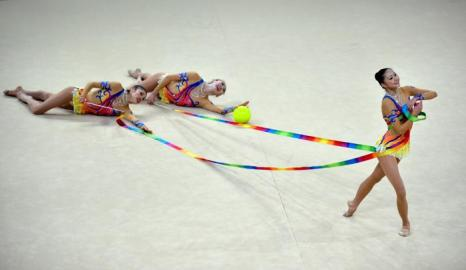 Выступление команды Японии по художественной гимнастике на чемпионате мира в Киеве 31 августа 2013 года. Фото: SERGEI SUPINSKY/AFP/Getty Images