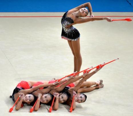 Выступление команды Южной Кореи по художественной гимнастике на чемпионате мира в Киеве 31 августа 2013 года. Фото: SERGEI SUPINSKY/AFP/Getty Images