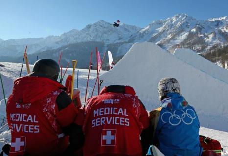 Медицинские работники наблюдают за тренировками сноубордистов по слоупстайлу на Розе Хутор в Сочи 5 февраля 2014 года. Фото: Mike Ehrmann/Getty Images