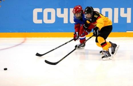 Сборная российских хоккеисток провела первый матч Олимпийских игр в Сочи, победив спортсменок из Германии 9 февраля 2014 года. Фото: Bruce Bennett/Getty Images
