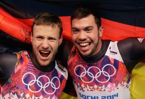 Тобиас Артль и Тобиас Вендль из  Германии победили в санном спуске в пятый день Олимпиады 2014 в Сочи. Фото: Ezra Shaw/Getty Images