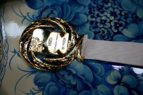 Золотая медаль победительницы гонок на 400 метров, британской спортсменки Кристин Охуруогу на ЧМ по лёгкой атлетике в московских «Лужниках». Фото: Paul Gilham/Getty Images
