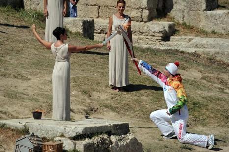 Первым факелоносцем олимпийского огня Игр «Сочи-2014» стал греческий атлет Яннис Антониу, 29 сентября 2013 года. Фото: LOUISA GOULIAMAKI/AFP/Getty Images