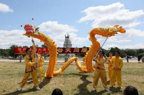 Вашингтон (США). Последователи Фалуньгун отмечают Всемирный день Фалунь Дафа. 2010 год. Фото с minghui.org