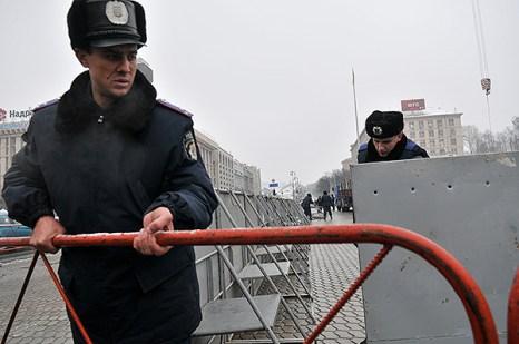 Милиция устанавливает металлические щиты вокруг площади Независимости. Фото: Владимир Бородин/The Epoch Times Украина