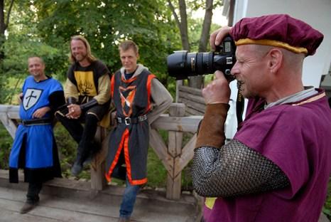 Рыцарь фотографирует на международном рыцарском турнире «Сабля Казака Мамая» в Киеве 9 июля 2010 года. Фото: Владимир Бородин/The Epoch Times