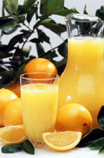 Апельсиновый сок — источник витамина С (аскорбиновой кислоты), калия, фолиевой кислоты (Витамин B9). Апельсиновый сок также содержит флавоноиды, которые благотворно влияют на здоровье человека. Фото: Scott Bauer/commons.wikimedia.org