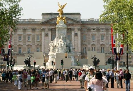 Туристы осматривают достопримечательности Букенгемского дворца. Фото: ADRIAN DENNIS/AFP/Getty Images