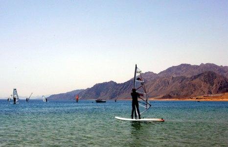 Небольшой курортный городок Дахаб славится своими кемпингами для серферов и любителей парусного спорта. Фото: GALI TIBBON/AFP/Getty Images