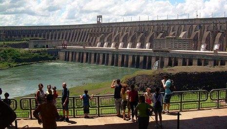 «Итайпу» — крупная ГЭС на реке Парана, в 20 км от г. Фос-ду-Игуасу на границе Бразилии и Парагвая. Фото: Herr stahlhoefer/commons.wikimedia.org