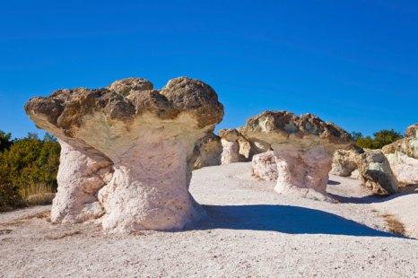 Каменные грибы рядом с г.Кырджали, Болгария. Фото: Nickolay Stanev/Photos.com