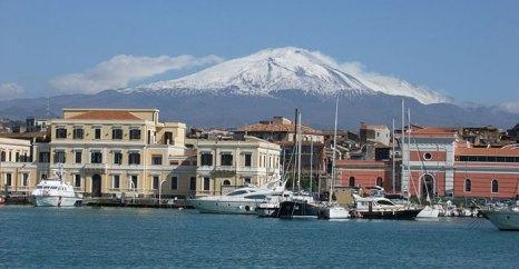 Катания — город-порт расположен на восточном побережье острова Сицилия у подножья вулкана Этна. Фото: Dror Feitelson/commons.wikimedia.org